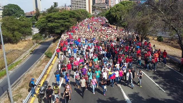 Partidarios del presidente Nicolás Maduro, incluidas compactas formaciones de milicianos, se desplazan el 1 de mayor por una autopista de Caracas, rumbo al Palacio de Miraflores, sede del Poder Ejecutivo en Venezuela, para manifestar su apoyo al gobernante, un día después de un conato de rebelión militar en su contra. Crédito: Humberto Márquez/IPS