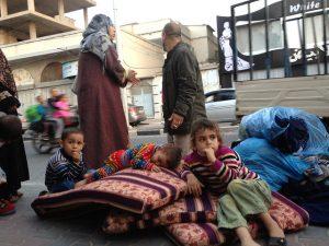 Una familia palestina en una calle del norte de Gaza. Según un nuevo informe de Save the Children, 72 por ciento de las muertes y lesiones infantiles en las zonas de conflicto más letales del mundo son causadas por minas terrestres, ataques aéreos y otras agresiones con explosivos. Crédito: Mohammed Omer / IPS