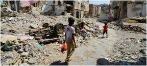 Dos niños transitan por una parte destruida del centro de Crater, un área de Adén, en Yemen. El área resultó gravemente dañada por los ataques aéreos en 2015, cuando las fuerzas de la coalición expulsaron a los insurgentes de la ciudad. Crédito: Giles Clarke/ONU