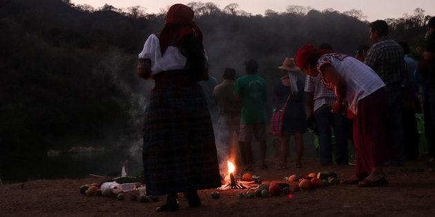 Varias mujeres en el cerco de las ofrendas al río Verde, en el tributo que los comuneros de Paso de la Reina, le rinden en el municipio de Jamiltepec. Crédito: Antonio Mundaca/Pie de Página