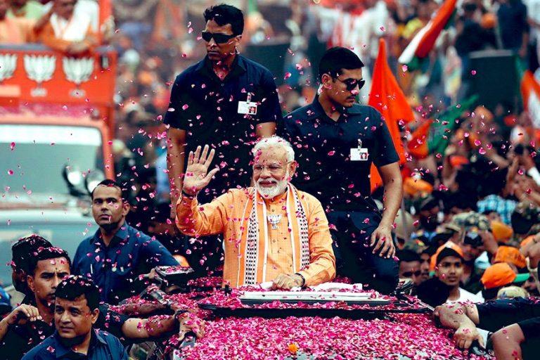 El primer ministro Narendra Modi es festejado con una lluvia de pétalos de rosa después de que su nacionalista Partido Bharatiya Janata fue declarado como apabullante ganador de las elecciones nacionales de India. Crédito: Página de Narendra Modi