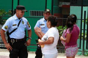 Dos mujeres conversan con dos agentes de seguridad en San Salvador. Crédito: PNUD El Salvador