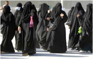 Las mujeres saudíes viven bajo la ausencia de derechos y la tutela de los varones que impone la ley. Las activistas que promueven mejorar la situación de las mujeres son detenidas y torturadas, contradiciendo la costosa imagen de modernización y apertura con la que el reino saudí busca maquillar su imagen. Crédito: Cortesía de las autoras