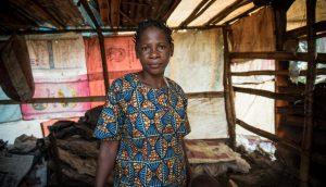Minette, de 38 años, tuvo que huir junto con su familia de una de las regiones anglohablantes de Camerún después, de que su hogar fue incendiado, y ahora sobreviven como desplazados internos. Crédito: Tiril Skarstein / NRC