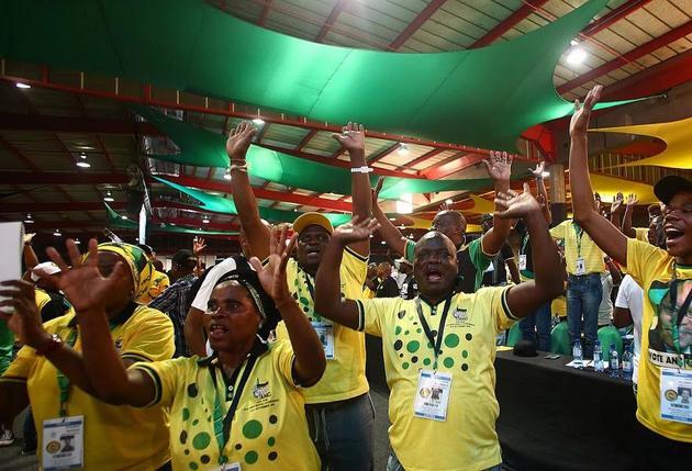 Miembros del Consejo Nacional Africano, el partido que gobierna Sudáfrica desde hace medio siglo festejan el triunfo de su líder, Cyril Ramaphosa, en las elecciones generales del 8 de mayo, aunque haya sido con la peor votación de su historia. Crédito: CNA