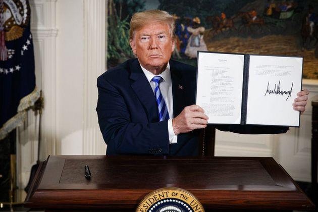 Donald Trump muestra el 8 de mayo de 2018 el memorando presidencial que acababa de firmar y que establecía la retirada de Estados Unidos del Plan de Acción Integral Conjunto sobre el programa nuclear de Irán. Un año después la situación de este tema geoestratégico global ha empeorado. Crédito: Casa Blanca