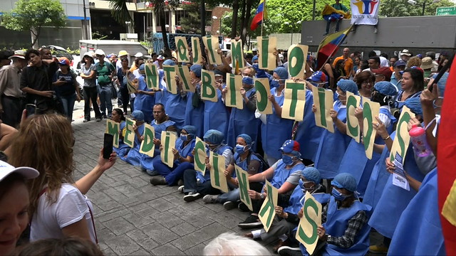 Una cadena de manifestaciones ante los lugares de Caracas que recorrió Michelle Bachelet durante su visita a Venezuela, buscó llamar su atención hacia las diferentes caras de la crisis humanitaria en Venezuela. En una de ellas, profesionales de la salud destacaron la escasez de medicinas básicas en los hospitales y las farmacias. Crédito: Humberto Márquez/IPS