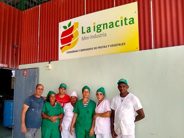 Parte del equipo de La Ignacita a las puertas de la pequeña fábrica, donde tienen prioridad las mujeres en situación vulnerable para acceder a un empleo digno en su propio municipio, en San Miguel del Padrón, en la periferia de la capital cubana. Crédito. Ivet González/IPS
