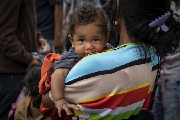 Una madre venezolana con su hijo cuando cruzaban el puente internacional Simón Bolívar, en Cúcuta, en la frontera de Colombia con Venezuela, en enero de este año. Crédito: Siegfried Modola/IPS