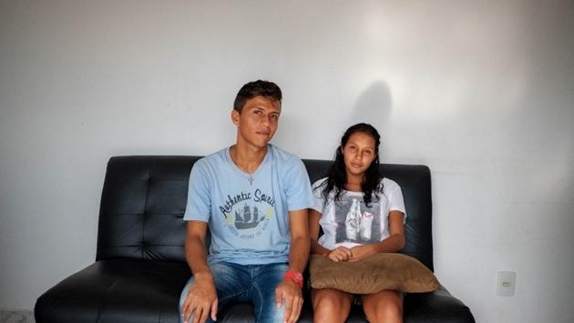 """Francisco y Sofia, nombres ficticios, llegaron a pie procedentes de Venezuela. Vivieron un mes en la calle de Boa Vista y les robaron todas sus pertenencias. """"La ropa se puede volver a comprar. Pero nuestros documentos, no"""". Crédito: João Machado/Acnur"""