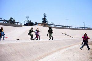 Un grupo de migrantes es detenidos en Ciudad Juárez, en la propia frontera de México con Estados Unidos, por efectivos de la nueva y militar Guardia Nacional y entregados a funcionarios de Migración. Crédito: Rey R. Jauregui/La Verdad-En el Camino