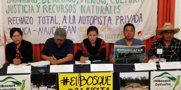 Efrén Santana, segundo a la izquierda, durante el encuentro con los medios para explicar su demanda de que se devuelva el bosque expropiado a su comunidad otomí, en el centro de México. Crédito: Cencos