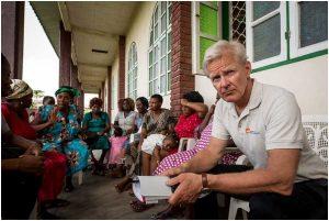 El secretario general del Consejo Noruego para los Refugiados, Jan Egeland, durante su visita a Buea, capital de la región del Suroeste de Camerún, el 23 de abril. Allí se reunió con un grupo de mujeres que fueron desplazadas por el conflicto interno en las áreas anglófonas de Camerún. Crédito: NRC