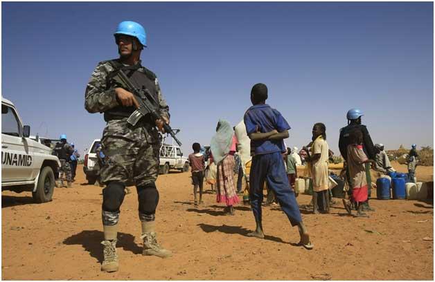 Un efectivo de la Operación Híbrida de la Unión Africana y las Naciones Unidas en Darfur, con la misión de asegurar que se cumplan los acuerdos para poner fin al conflicto en la zona del oeste de Sudán. Organizaciones humanitarias como Amnistía Internacional demandaron este mes que se suspenda su retirada por la nueva tensión en la región y en todo el país. Crédito: ONU