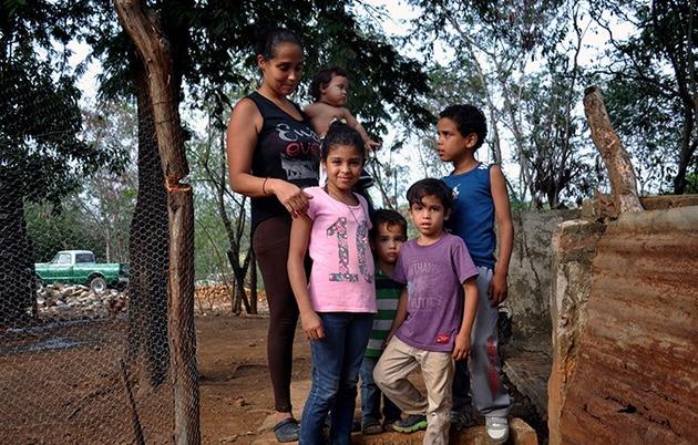 Una migrante venezolana con sus hijos. En su día a día, mujeres y adolescentes migrantes venezolanas encuentran a través de los programas del UNFPA, una respuesta humanitaria. Así mejora su calidad de vida en medio de la travesía que enfrentan en la frontera colombo-venezolana. Crédito: Tomer Urwicz/UNFPA