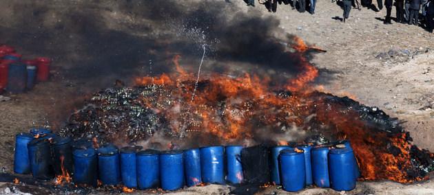 Quema de más de 20 toneladas de drogas ilícitas y alcohol en las afueras de Kabul, ordenadas por los Ministerios del Interior y de Lucha contra los Estupefacientes de Afganistán. Crédito: Eric Kanalstein/UNAMA