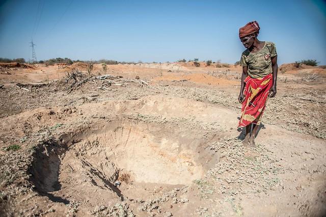 Adelaide Maphangane, junto a un pozo seco en el municipio de Mabalane, en Mozambique. La gente debe cavar cada vez más profundo para lograr un poco de agua en esta región del país africano. La Federación Internacional de Sociedades de la Cruz Roja y de la Media Luna Roja dice que las cada vez más seguidas olas de calor son uno de los peligros naturales más mortales que enfrenta la humanidad. Crédito: Aurélie Marrier d'Unienville / FICR