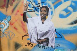 Alaa Salah, un estudiante sudanesa de 22 años, convertida en símbolo de la expulsión pacífica del poder de Omar al Bashir. Crédito: Cortesía de Street Art / Shoreditch