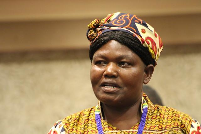 Ella Mazani, una pequeña productora de maíz y otros cereales en Shurugwi, en el centro de Zimbabwe, usa su teléfono móvil para comprar insumos, vender su producción y conocer las condiciones climáticas más apropiadas para sus cultivos. Crédito: Busani Bafana/IPS