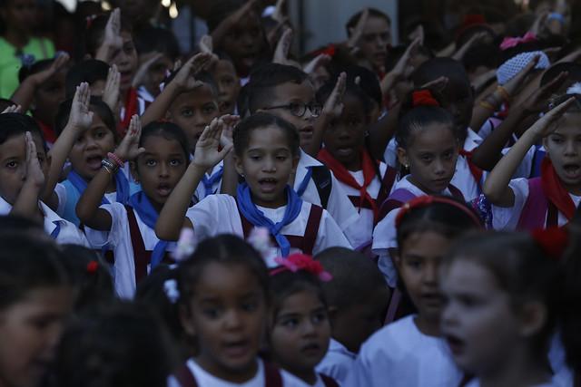 Estudiantes de enseñanza primaria entonan las notas del himno nacional cubano durante el inicio del curso escolar, en una escuela del municipio de Playa, parte de La Habana. Más de 5.000 maestros han pedido reincorporarse a la docencia, desde que se anunció el aumento salarial para los dos millones de trabajadores del sector estatal. Crédito: Jorge Luis Baños/IPS