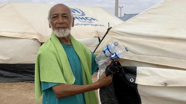 Domingo, de 72 años y exbibliotecario de una universidad de Venezuela, frente a un albergue temporal cerca de la región de La Guajira, en el norte de Colombia. Crédito: Olga Sarrado Mur/Acnur