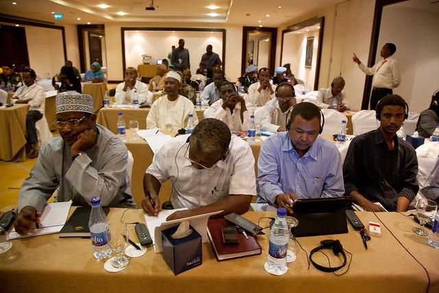 Periodistas sudaneses mientras cubren una rueda de prensa. Las Naciones Unidas critican el bloqueo en el acceso a Internet en Sudán como parte de una estrategia contra la libertad de expresión y el derecho a la asociación y manifestación pacífica en Sudán. Credito: Albert González Farran/Unamid