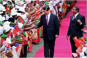 El presidente de China, Xi Jinping, saluda a estudiantes, acompañado por el entonces presidente de Tanzania, Jakaya Kikwete, al iniciar una gira por varios países de África en 2013, dentro de la alianza privilegiada que Bejing ha ido tejiendo con el continente. Crédito: Gobierno de China