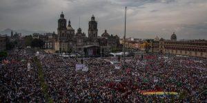 Concentración a favor del presidente Andrés Manuel López Obrador, en el Zócalo de Ciudad de México, el 1 de julio, un año después de su triunfo electoral. Crédito: Ximena Natera/Pie de Página