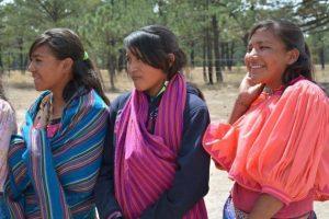 Unas jóvenes rarámuris en el ejido de Norogachi. La transmisión a los jóvenes del conocimiento ancestral rarámuri es crucial para preserva el vínculo cercano de este pueblo con la naturaleza de la Sierra Tarahumara. Crédito: ONU Medio Ambiente