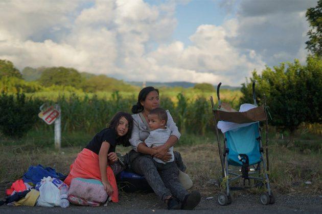 Una madre migrante hondureña con sus hijos descansa a la orilla de una carretera, en Tapachula, en el estado de Chiapas, en la frontera sur de México. Crédito: Ximena Natera/Pie de Página