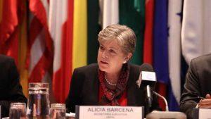 La secretaria ejecutiva de la Cepal, Alicia Bárcena, al informar que se proyecta que América Latina mantendrá su desaceleración económica este año y que ella se extenderá por 21 de los 33 países de la región. Crédito: Cepal