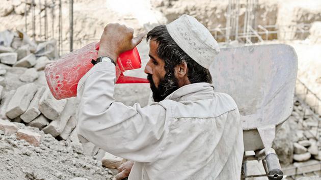 Un trabajador de la construcción en Afganistán bajo el ardiente sol de Kabul. Crédito: PJ Tavera/OIT