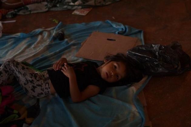 Una niña migrante, en un centro de detención de migrantes, en Chiapas, en el sur de México. Crédito: Ximena Natera/En el Camino