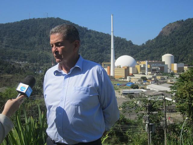 El director-presidente de la empresa estatal Eletronuclear, Leonam Guimarães, entrevistado por corresponsales extranjeros, teniendo como fondo las centrales nucleares Angra 2 (cúpula redonda) y Angra 1 (cilíndrica), en la ensenada de Itaorna, en la turística bahía de Angra dos Reis. Las dos centrales aportan tres por ciento de la electricidad consumida en Brasil y 40 por ciento de la de la de Río de Janeiro. Crédito: Mario Osava/IPS