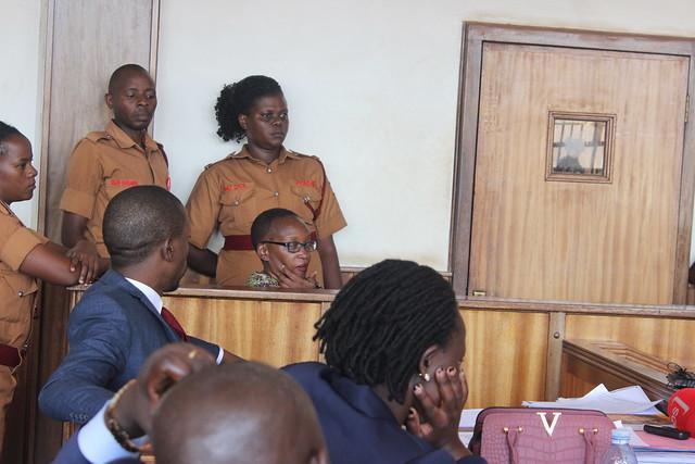 La poeta Stella Nyanzi (sentada en el banquillo entre varias guardias), profesora e investigadora de la Universidad de Makerere, feminista y activista de Uganda, fue condenada el 2 de agosto a 18 meses de prisión, por publicar un poema crítico del presidente, Yoweri Museveni, al frente de un gobierno autoritario desde 1986. Crédito: Wambi Michael / IPS