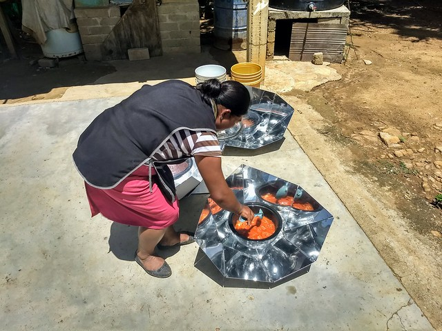 Reyna Díaz promueve el uso de cocinas solares en Villa de Zaachila, estado de Oaxaca.