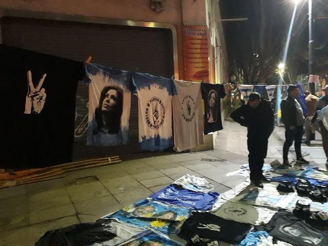 """En la noche del domingo 11 se vendieron en Buenos Aires camisetas con el rostro de Cristina Fernández, presidenta entre 2007 y 2015, o con los dedos en """"V"""" de victoría, propios del peronismo, que está otra vez cerca de gobernar Argentina. Crédito: Daniel Gutman/IPS"""