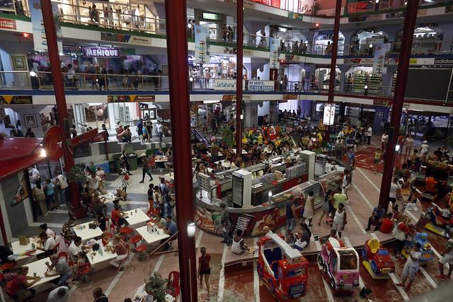 Clientes hacen uso de las instalaciones del complejo comercial Plaza Carlos III, ubicado en el municipio Centro Habanas, en la capital de Cuba. El consumo cubano se ve animado por las remesas que recibe 32 por ciento de la población que reside en este país insular caribeño. Crédito: Jorge Luis Baños/IPS
