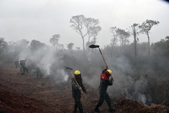Soldados del ejército intentan frenar el avance del fuego en el bosque de la Chiquitania, en el departamento de Santa Cruz, el más afectado por los incendios en la Amazonia boliviana, que sufrió la destrucción de 1,4 millones de hectáreas de maleza y árboles. Crédito: APG/IPS