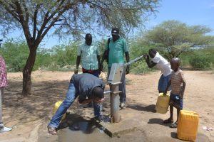 Un pozo en el condado de Turkana en Kenia. Los expertos dicen que el agua subterránea en las tierras secas se recarga a través de inundaciones extremas, que se han incrementado como efecto del cambio climático. Crédito: Isaiah Esipisu/IPS
