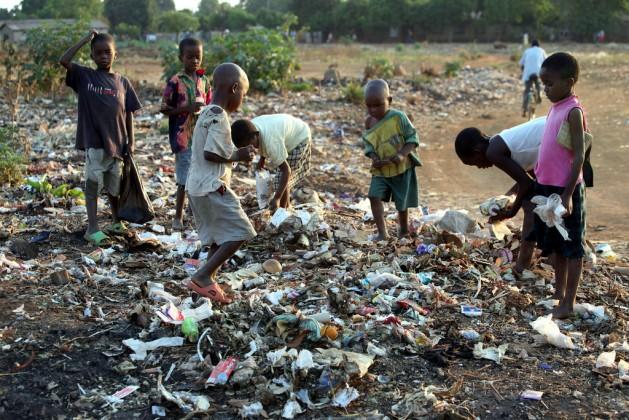 Niños escarban en un basurero al aire libre en Zimbabwe, en una de las expresiones de pobreza extrema que se repiten en África y otras regiones del Sur en desarrollo y que no registran adecuadamente los indicadores del Banco Mundial. Crédito: Jeffrey Moyo/IPS