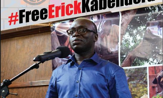 El periodista independiente Erick Kabendera es acusado ahora por la fiscalía de Tanzania de lavado de dinero, evasión de impuestos y colaboración con el crimen organizado. El Comité para la Protección de Periodistas subraya que los cargos no tienen asidero alguno y que forman parte de la práctica de Tanzania de tomar represalias contra los periodistas críticos. Crédito: Cortesía de Amnistía Internacional