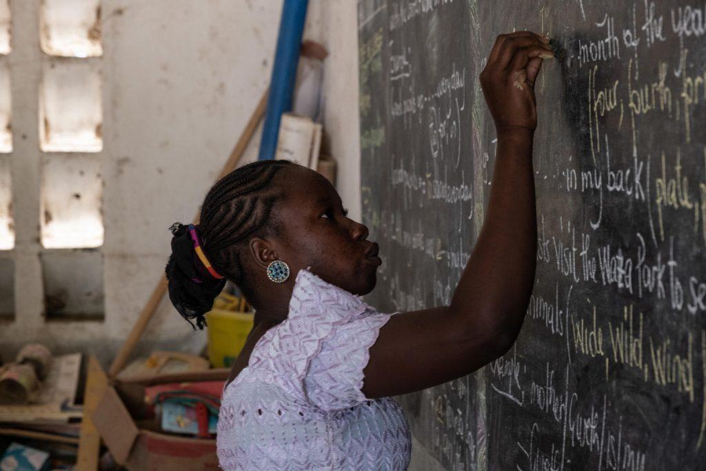 Fanta Mohamet, de 14 años, escribe en la pizarra de la escuela a la que asiste en Zamaï, un pueblo cerca de un asentamiento para refugiados en Mayo-Tsanaga, en el extremo norte de Camerún, el 28 de mayo de 2019. Crédito: Unicef