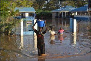 Las inundaciones forman parte de los eventos que se ven incrementadas en frecuencia y magnitud por el cambio climático en África, como esta en la ciudad de Lodwar, en Kenia. Crédito: Isaiah Esipisu / IPS