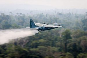 Un avión militar brasileño lanza agua sobre uno de los incendios forestales en Rondônia, uno de los nueve estados amazónicos de Brasil y uno de los más afectados por el fuego. El gobierno movilizó a los militares como bomberos tras el clamor internacional por la crisis en la Amazonia y las polémicas declaraciones del presidente Jair Bolsonaro, apuntando las organizaciones no gubernamentales como posibles incendiarias. Crédito: FAB