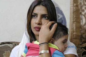 La embajadora de buena voluntad de Unicef, Priyanka Chopra, sostiene a Suleiman, de 5 años, durante una visita a su hogar en Amman, la capital de Jordania, en septiembre de 2017, en una de sus misiones a favor de la infancia. Crédito: Unicef