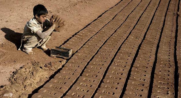 Un niño trabaja en condiciones esclavas en una fábrica de ladrillos en Pakistán. Crédito: Acnudh