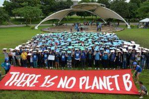 Jóvenes se manifiestan tras una pancarta con donde se lee en inglés: No hay planeta B. Crédito: AFP/La Nación
