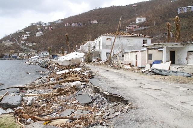 Expertos de las Naciones Unidas llamaron a los gobernantes mundiales que asistan desde el 23 de septiembre a la semana de cumbres mundiales en Nueva York a escuchar mejor a los científicos si quieren abordar el cambio climático y cumplir con los objetivos de desarrollo sostenible, incluida la erradicación de la pobreza. En la imagen, daños causados por el huracán Irma en las Islas Vírgenes Británicas, en 2017. Crédito: Kenton X. Chance / IPS