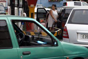 Una conductora reposta gasolina en su automóvil, en un expendio de combustible con una gran fila en espera de poder llenar los tanques de sus vehículos, en el municipio capitalino de Playa. La escasez colma de consumidores las gasolineras que disponen de combustibles en La Habana y otras localidades de Cuba. Crédito: Jorge Luis Baños/IPS
